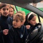 Los alumnos miran el coche de Inel